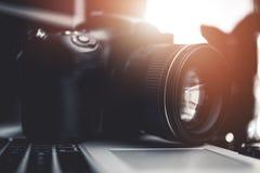 Digital kamera på bärbara datorn royaltyfria bilder