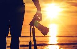 Digital kamera på tripoden i solnedgång Royaltyfri Foto