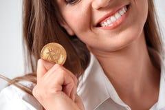 Digital kassa Kvinnaanseende som isoleras på vit med myntet som ler toothy närbild royaltyfria bilder