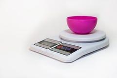 Digital-Küchenskala mit leerer Schüssel Stockfotos