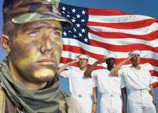 Digital komposit: Amerikansk soldat, sjömän och amerikanska flaggan Royaltyfri Bild