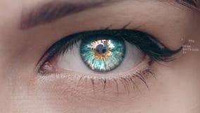 Digital komposit av blinkaögat med techmanöverenheten stock video