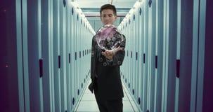 Digital komposit av en man i ett serverrum 4k
