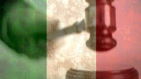 Digital komposit av flaggan och auktionsklubban för grunge den italienska stock video
