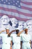 Digital komposit: Etniskt olika amerikanska sjömän, amerikanska flaggan, Mt rushmore Arkivfoton