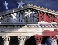 Digital komposit: Högsta domstolenbyggnad och amerikanska flaggan Arkivfoton