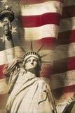 Digital komposit: Statyn av frihet och amerikanska flaggan förses med underlag med handskriften av USA-konstitutionen Royaltyfria Foton