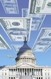 Digital komposit: U S Kapitolium med att sväva hundra dollarräkningar Royaltyfri Bild