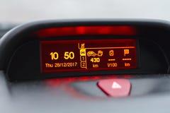 Digital lcd skärm av en bil arkivbild