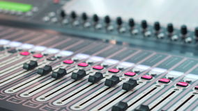 Digital ljudsignal arbetsstation med en ljudsignal konsol Soundboard knoppar close upp dof stock video
