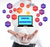 Digital-Marketing-Konzept, das über einer Hand frei schwebt Stockbild