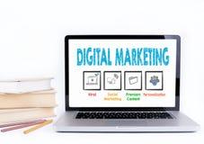 Digital-Marketing Laptop und Bücher auf einem weißen Hintergrund Stockbild