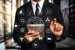 Digital-Marketing-Medien auf virtuellem Schirm mit Handy stockfotografie
