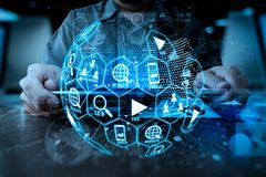 Digital-Marketing-Medien (Websiteanzeige, E-Mail, Soziales Netz, SEO, stockbild