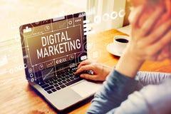 Digital-Marketing mit dem Mann, der einen Laptop verwendet lizenzfreie stockfotos