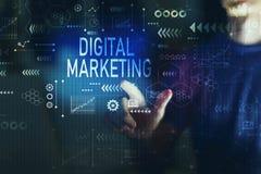 Digital-Marketing mit jungem Mann lizenzfreie stockbilder