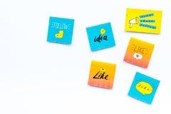 Digital-Marketing Social Media-Ikonen und -symbole auf weißem Draufsicht-Kopienraum des Hintergrundes stockfotografie