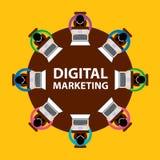 Digital-Marketing-, -teamwork- und -brainstormingkonzept mit den Geschäftsmännern, die um Tabelle und das Arbeiten setzen Lizenzfreie Stockfotos