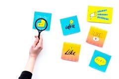 Digital marknadsföring Arbeta skrivbordet av marknadsföringsspecialisten med sociala massmediasymboler och symboler Hand med magn arkivfoton