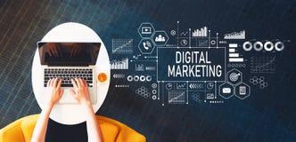 Digital marknadsföring med personen som använder en bärbar dator royaltyfria bilder