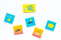 Digital marknadsföring Sociala massmediasymboler och symboler på vitt utrymme för kopia för bästa sikt för bakgrund royaltyfria foton