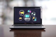 Digital marknadsf?ringsbegrepp p? en b?rbar dator fotografering för bildbyråer