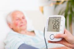 Digital Measurer - normalt blodtryck Royaltyfria Foton