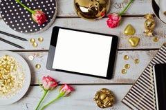 Digital minnestavlaåtlöje upp med kvinnliga objekt ovanför sikt arkivfoto