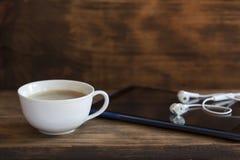 Digital minnestavla och en kopp kaffe fotografering för bildbyråer