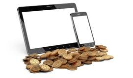 Digital minnestavla och smartphone och hög av mynt Royaltyfri Foto