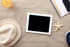 Digital minnestavladator med objekt för tom skärm och strand arkivfoton
