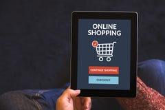 Digital minnestavladator med online-shoppingbegrepp på skärmen Arkivbild