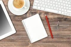 Digital minnestavlaPC, tangentbord och kopp kaffe Inrikesdepartementetworkp Royaltyfri Foto