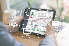 DIGITAL que INTRODUZ NO MERCADO a equipe startup nova do negócio do projeto MILLENNIALS imagem de stock royalty free