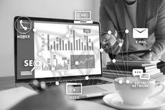 DIGITAL que INTRODUZ NO MERCADO a equipe startup nova do negócio do projeto MILLENNIALS fotos de stock