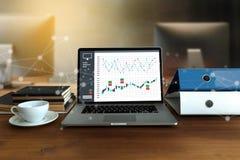 DIGITAL que INTRODUZ NO MERCADO a equipe startup nova do negócio do projeto MILLENNIALS fotografia de stock