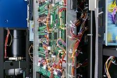 Digital-Rechnerschaltungsbrett mit Mechanikern und Drähten Stockbild