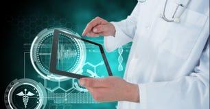 Digital sammansatt bild av doktorn som använder den digitala minnestavlan vid medicinska symboler Arkivfoton