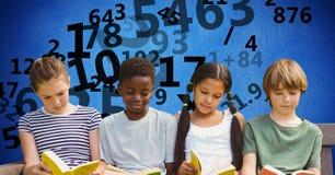 Digital sammansatt bild av studenter som studerar medan nummer som flyger i bakgrund Royaltyfri Foto