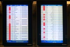 Digital schemabräde som meddelar flygankomsttider på Dubai Arkivbilder