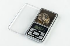 Digital-Schmuckskalen mit Münzen Stockbilder