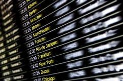 Digital skärm på den internationella flygplatsen - flyganslutningar Arkivfoton