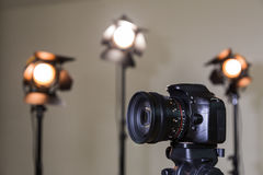 Digital SLR kamera och tre strålkastare med Fresnel linser Manuell utbytbar lins för att filma Royaltyfria Foton