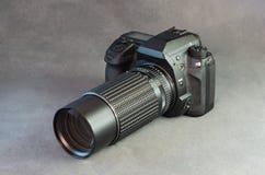 Digital SLR kamerakropp och Lens på grå färger Royaltyfria Bilder