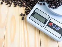 Digital som mäter apparat- och kaffebönor Arkivfoto
