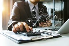 Digital som marknadsför affären som gör presentation arkivbild