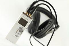 Digital-Sprachaufzeichnungsanlage und Kopfhörer. Lizenzfreie Stockbilder