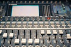 Digital-Studiomischer Faders Stockbild