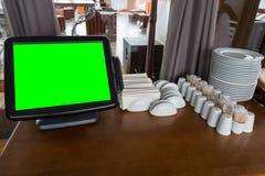 Digital-Tablet-Computer-Grünschirm in einem Café auf dem Tisch Lizenzfreie Stockbilder