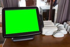 Digital-Tablet-Computer-Grünschirm in einem Café auf dem Tisch Lizenzfreies Stockfoto